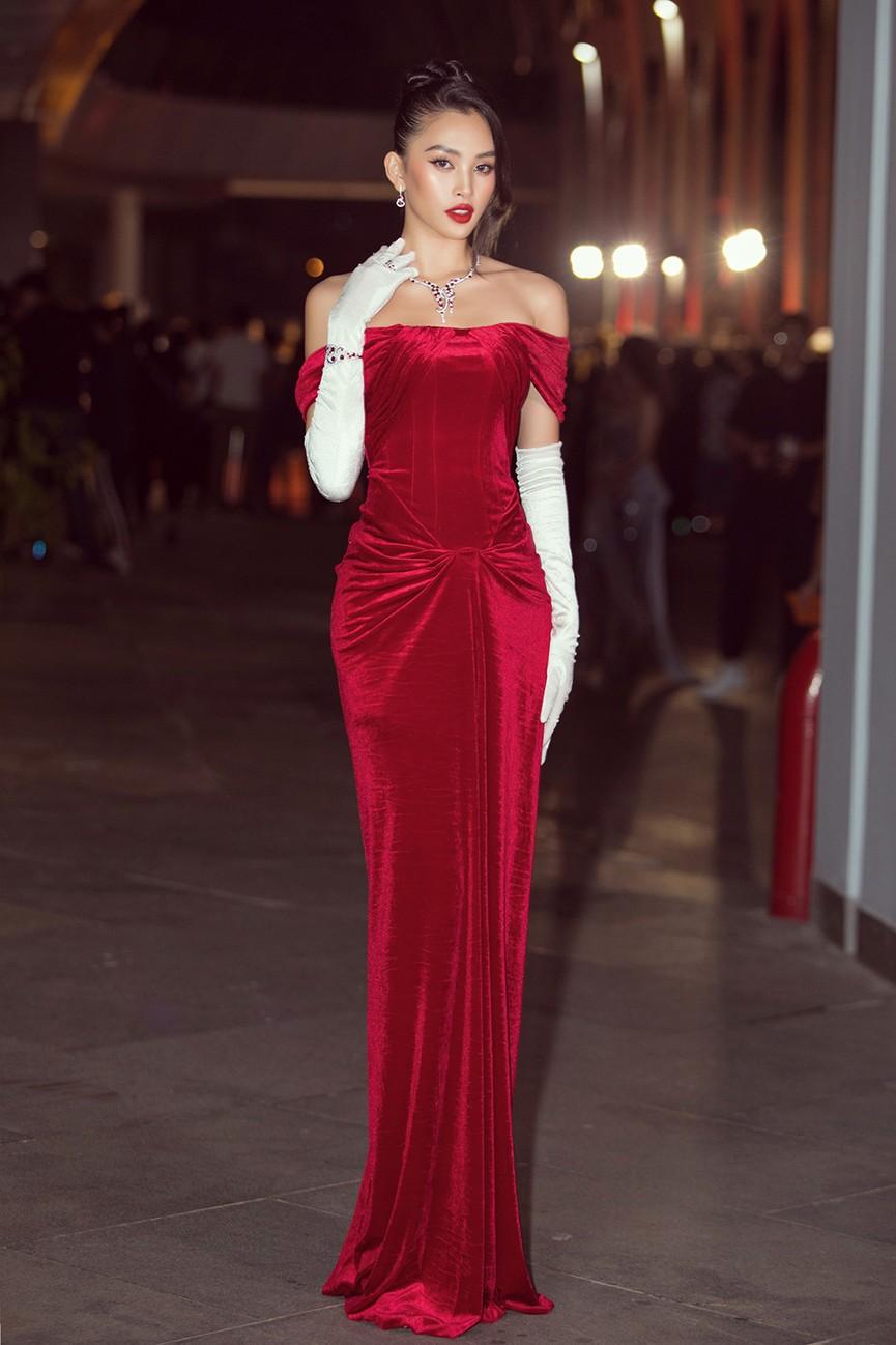Đỗ Thị Hà, Đỗ Mỹ Linh và dàn hậu mặc váy xẻ khoe chân dài 'cực phẩm' trên thảm đỏ - ảnh 14