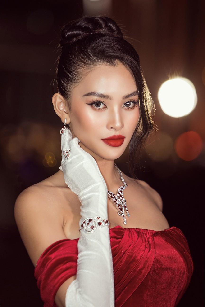 Đỗ Thị Hà, Đỗ Mỹ Linh và dàn hậu mặc váy xẻ khoe chân dài 'cực phẩm' trên thảm đỏ - ảnh 16