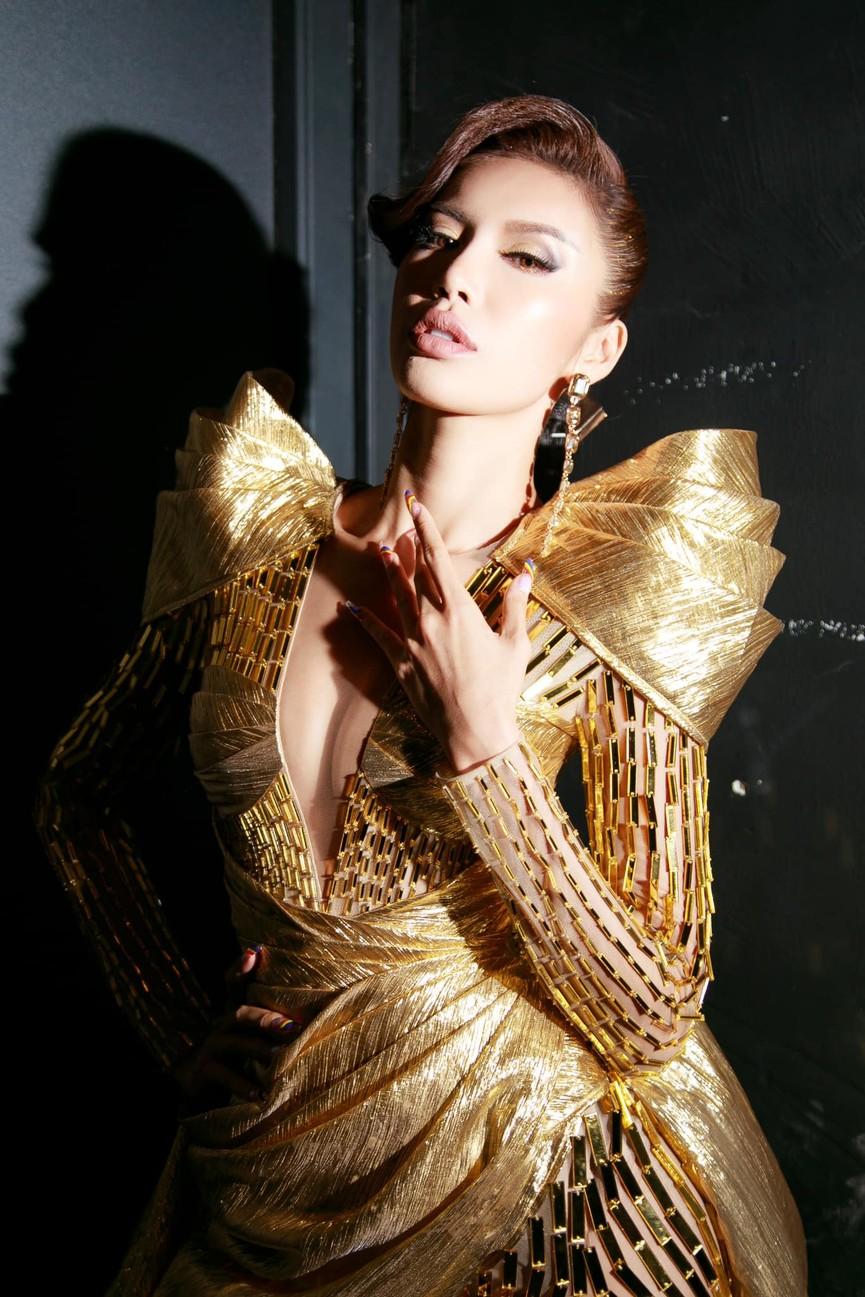 Minh Tú mặc váy xẻ ngực nóng bỏng, Hoàng Thuỳ khoe chân dài 'bất tận' - ảnh 2