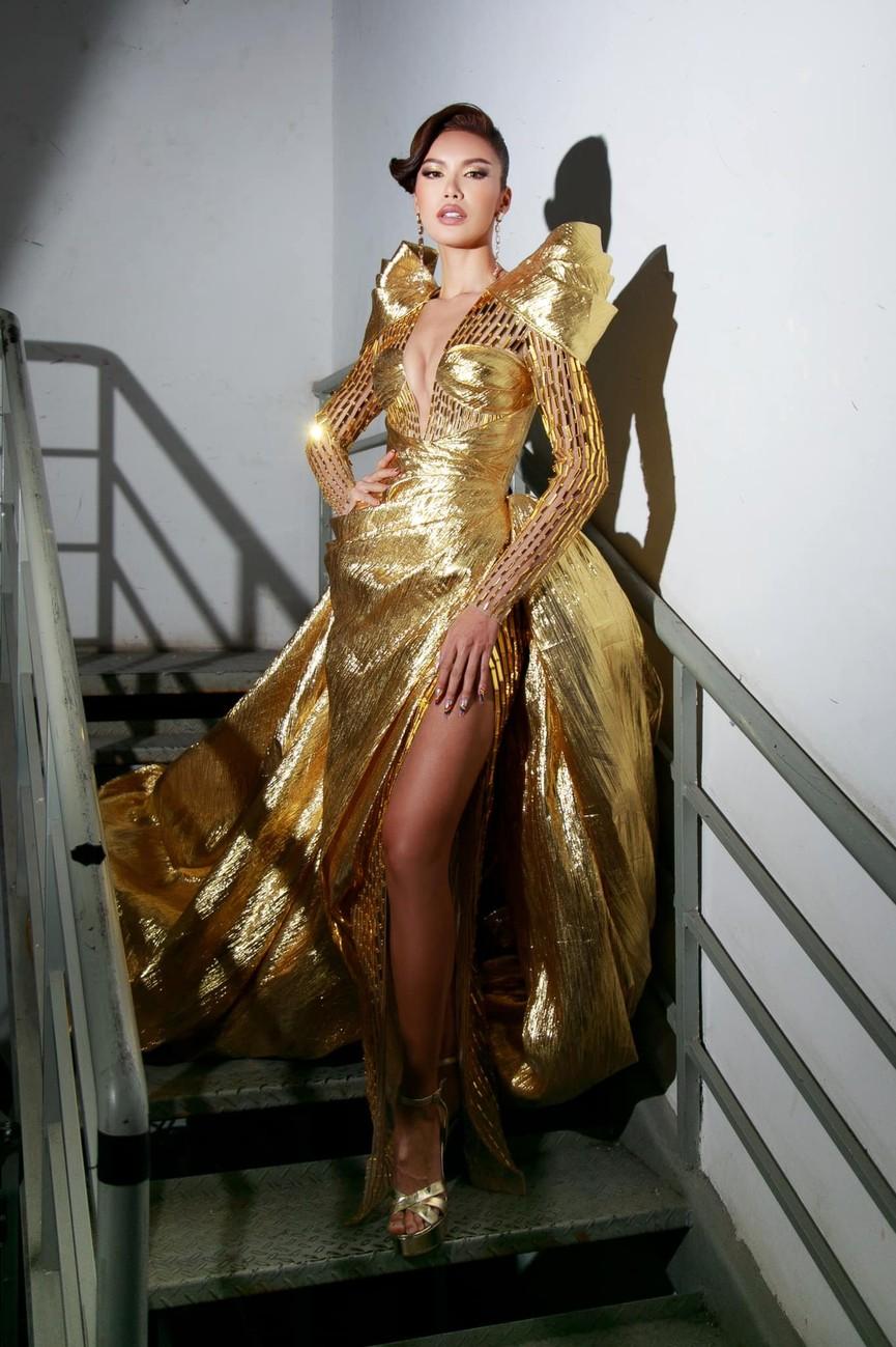 Minh Tú mặc váy xẻ ngực nóng bỏng, Hoàng Thuỳ khoe chân dài 'bất tận' - ảnh 1