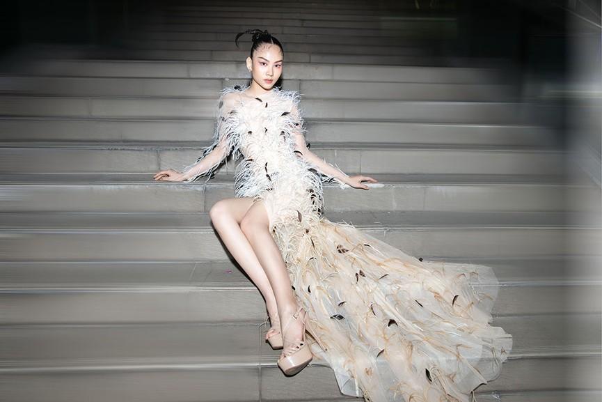 Đụng váy lông vũ với Hà Tăng, Người đẹp Nhân ái Mai Phương đẹp tựa 'thiên nga trắng'  - ảnh 7