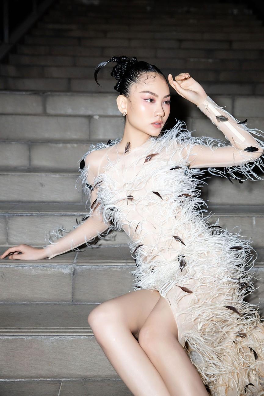 Đụng váy lông vũ với Hà Tăng, Người đẹp Nhân ái Mai Phương đẹp tựa 'thiên nga trắng'  - ảnh 8