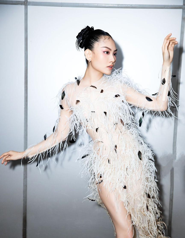Đụng váy lông vũ với Hà Tăng, Người đẹp Nhân ái Mai Phương đẹp tựa 'thiên nga trắng'  - ảnh 10