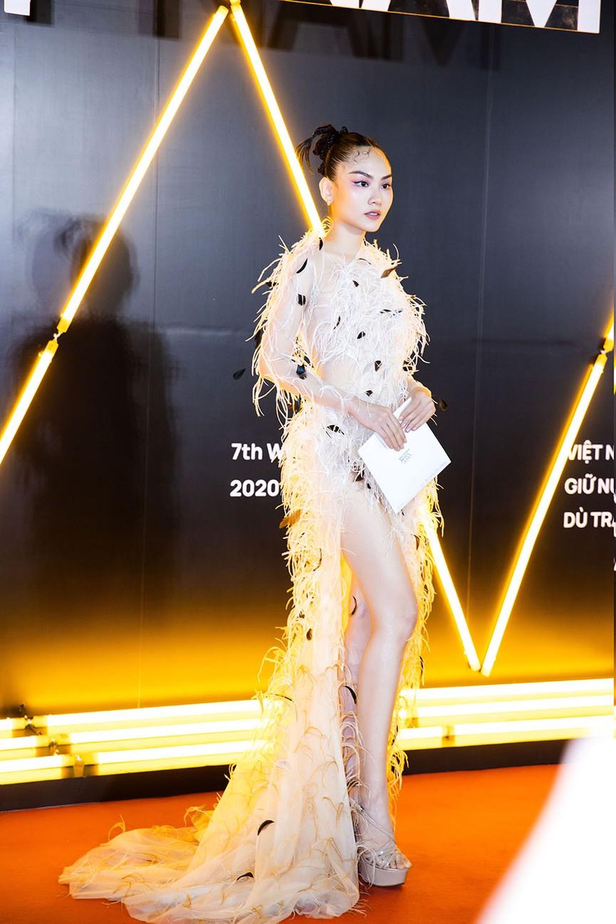 Đụng váy lông vũ với Hà Tăng, Người đẹp Nhân ái Mai Phương đẹp tựa 'thiên nga trắng'  - ảnh 1