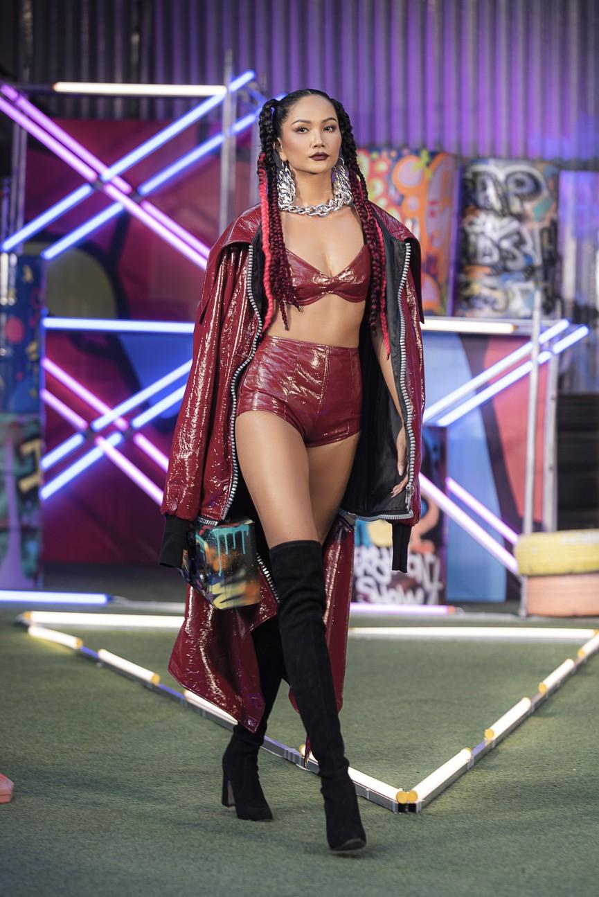 H'Hen Niê tái xuất với phong cách đường phố, mặc áo crop-top khoe hình thể nóng bỏng  - ảnh 6