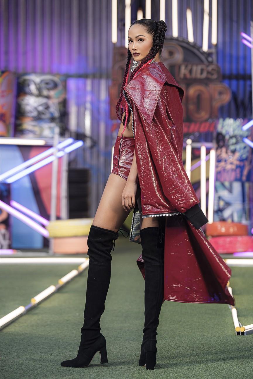 H'Hen Niê tái xuất với phong cách đường phố, mặc áo crop-top khoe hình thể nóng bỏng  - ảnh 5