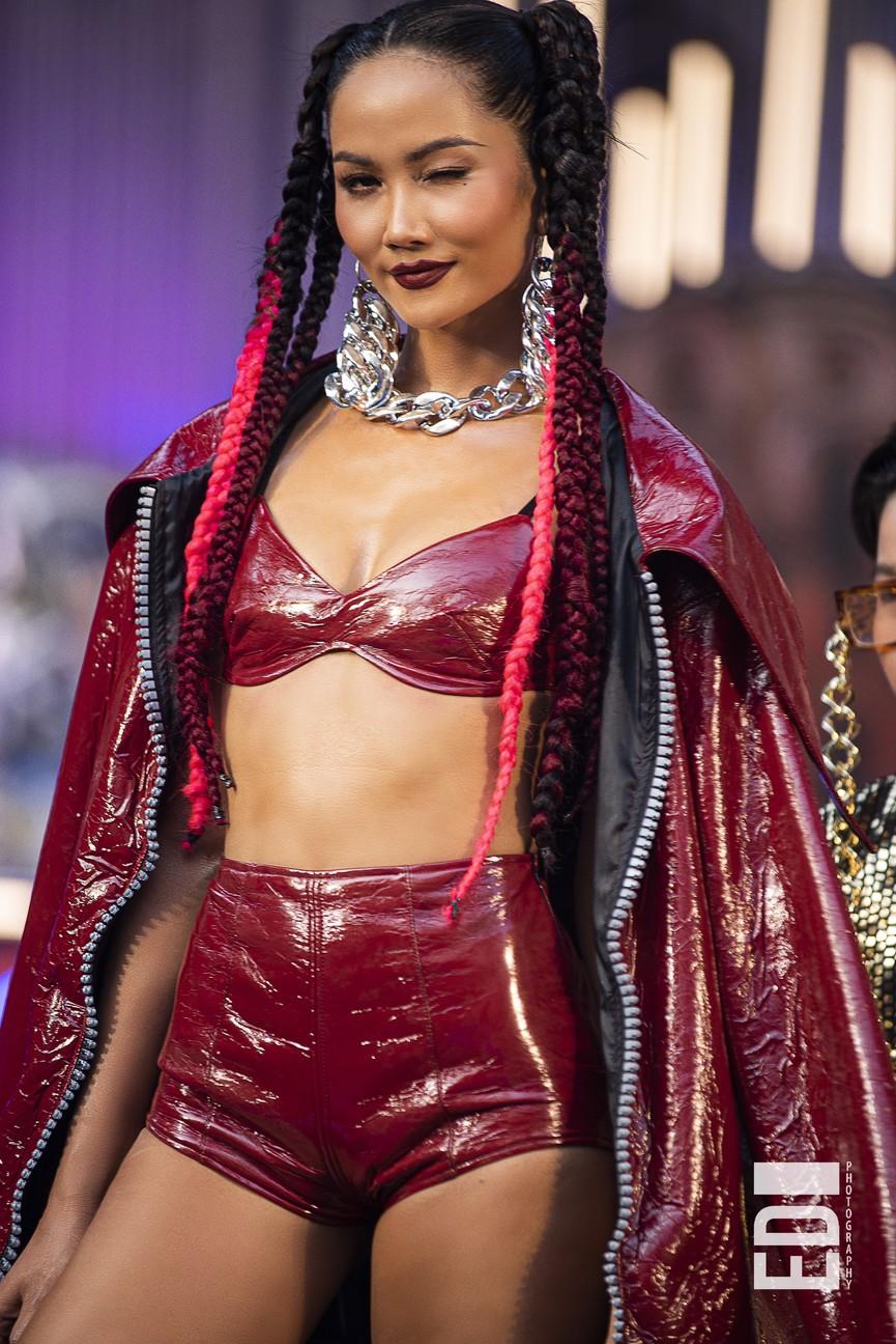 H'Hen Niê tái xuất với phong cách đường phố, mặc áo crop-top khoe hình thể nóng bỏng  - ảnh 2