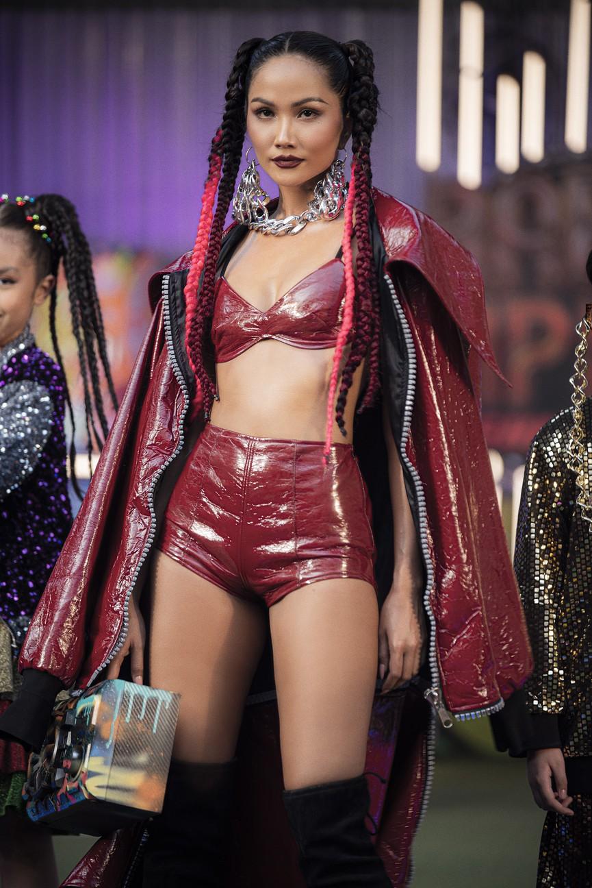 H'Hen Niê tái xuất với phong cách đường phố, mặc áo crop-top khoe hình thể nóng bỏng  - ảnh 1