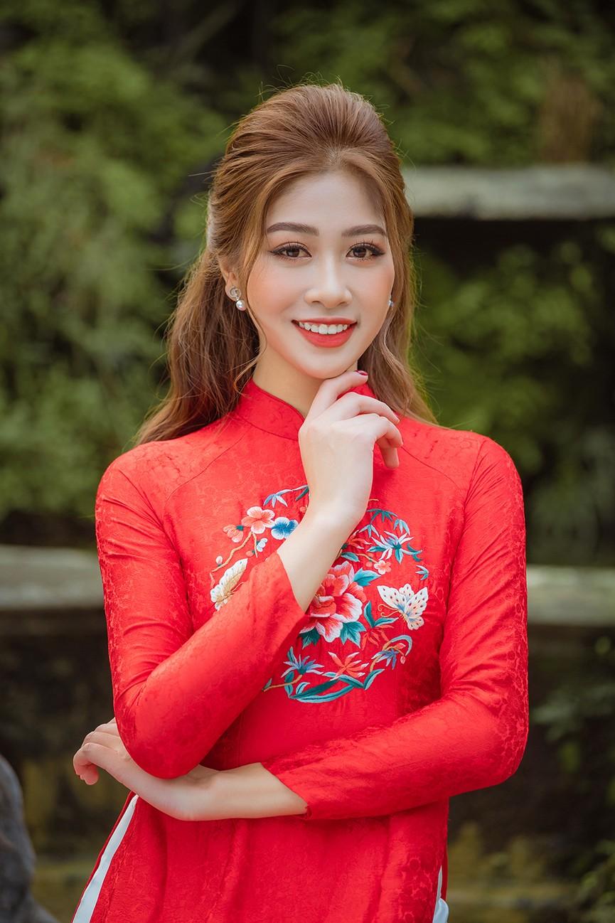 Nữ tiếp viên hàng không lọt Top 10 HHVN 2020 khoe nhan sắc rạng rỡ với áo dài Tết  - ảnh 2