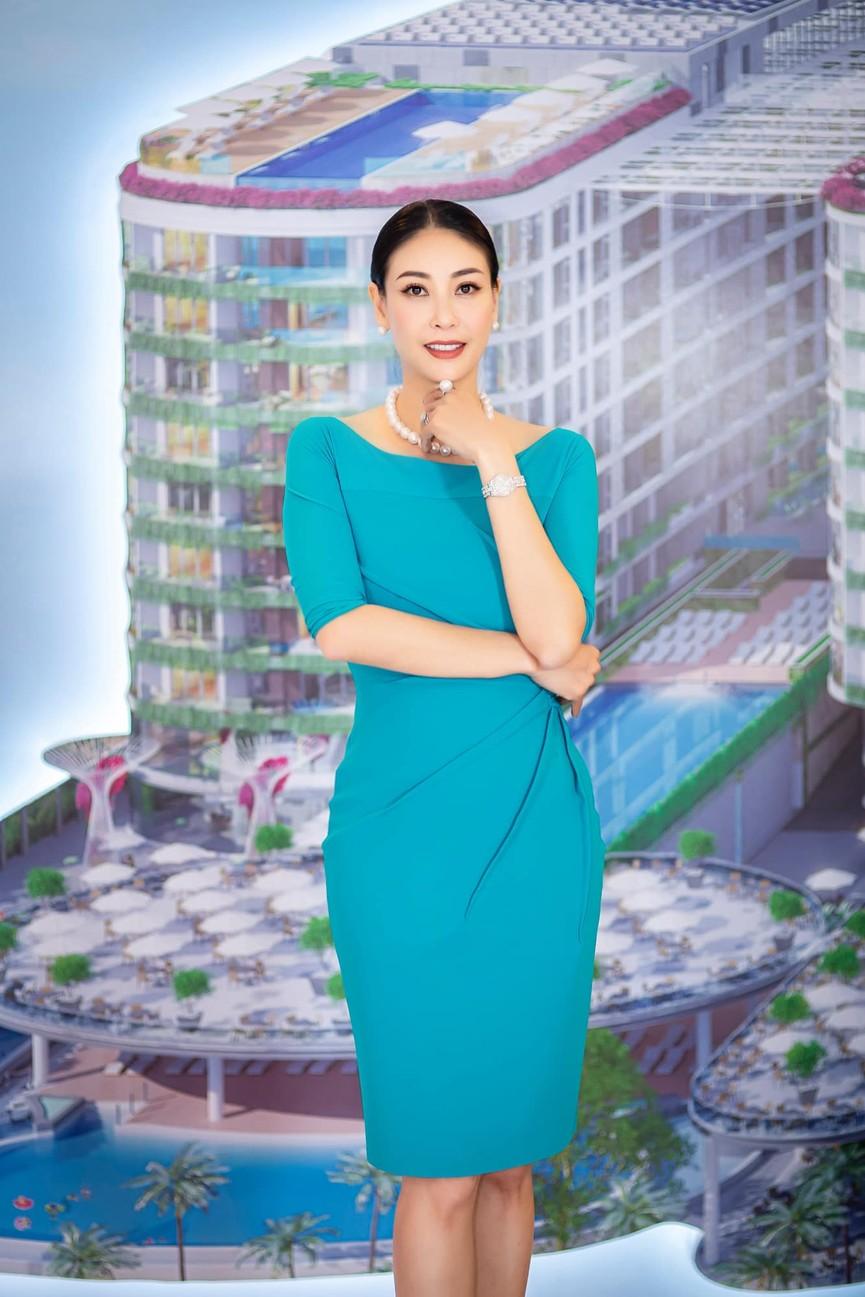 Tiểu Vy diện váy trễ vai gợi cảm, Lương Thuỳ Linh mặc đầm đỏ rực khoe chân dài 1m22 - ảnh 7
