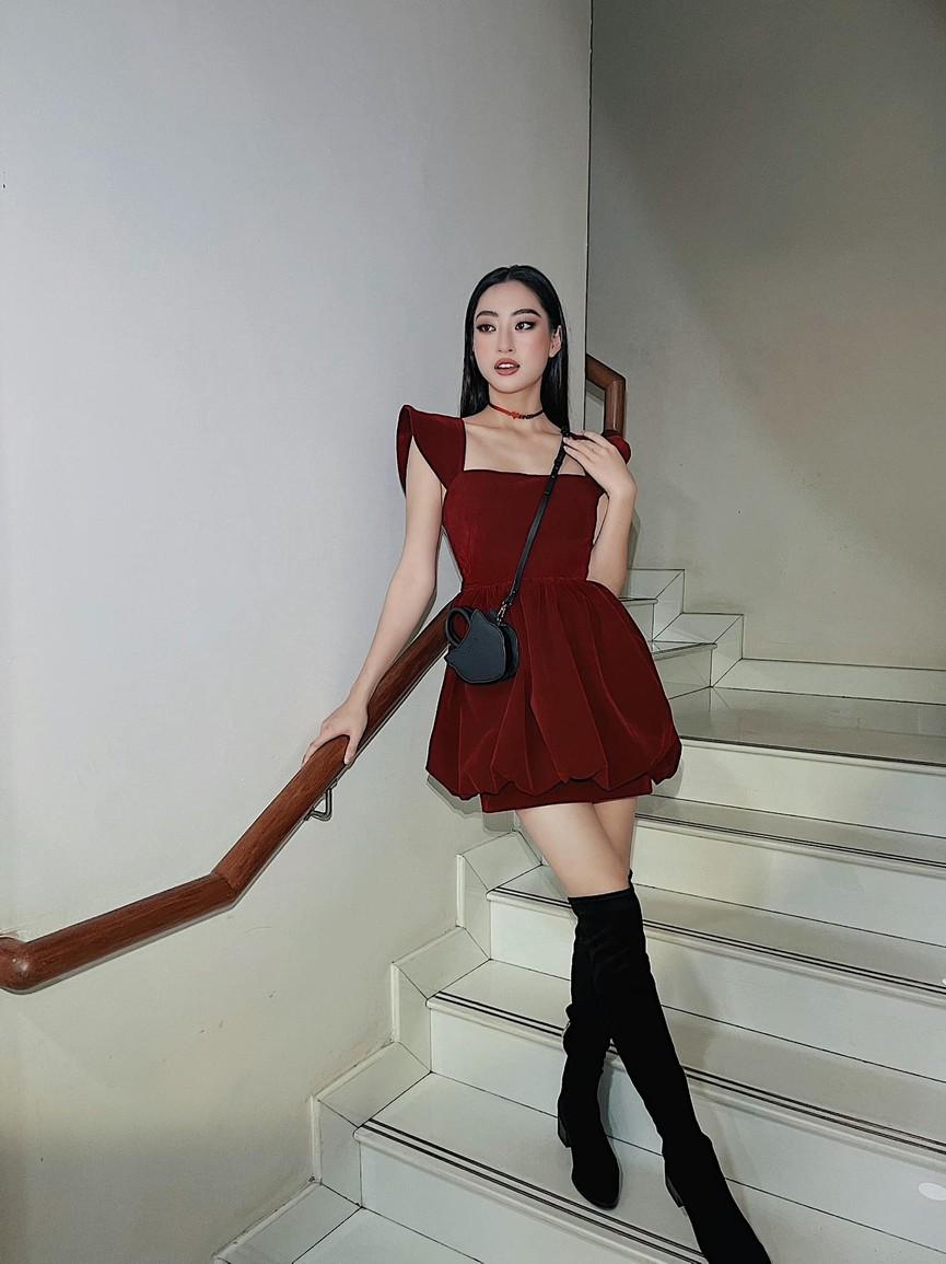 Tiểu Vy diện váy trễ vai gợi cảm, Lương Thuỳ Linh mặc đầm đỏ rực khoe chân dài 1m22 - ảnh 3