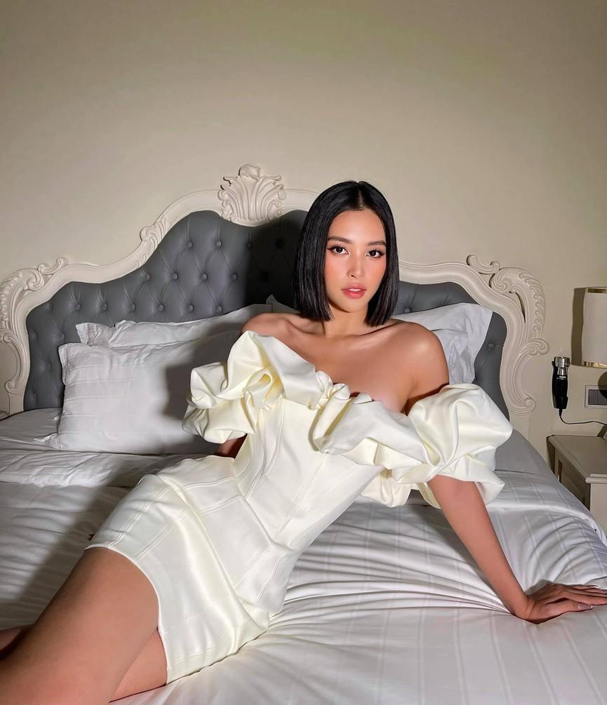 Tiểu Vy diện váy trễ vai gợi cảm, Lương Thuỳ Linh mặc đầm đỏ rực khoe chân dài 1m22 - ảnh 1