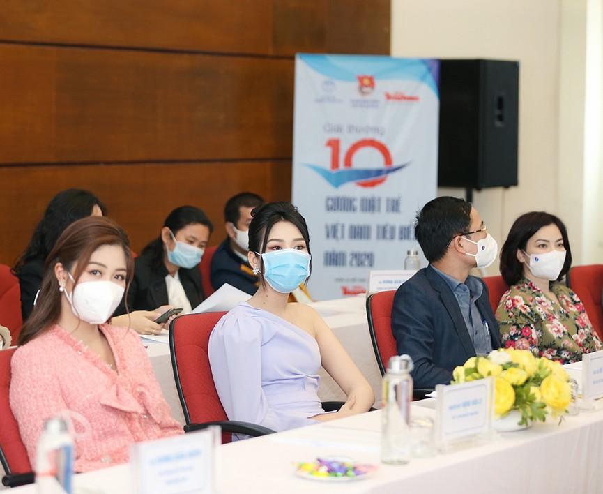 Hoa hậu Đỗ Thị Hà diện váy lệch vai khoe vóc dáng thon nuột - ảnh 8