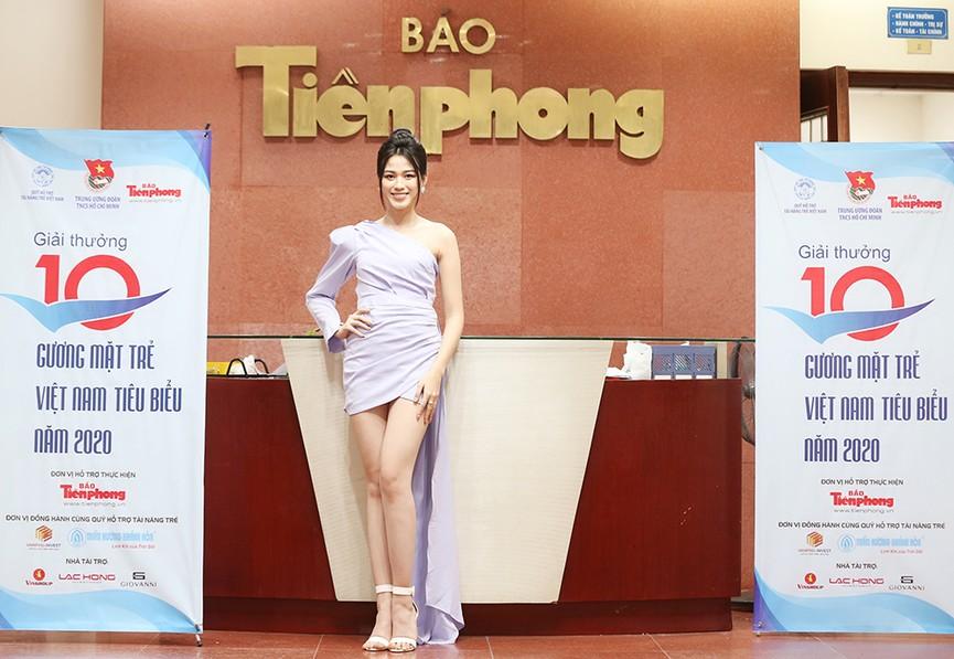 Hoa hậu Đỗ Thị Hà diện váy lệch vai khoe vóc dáng thon nuột - ảnh 6