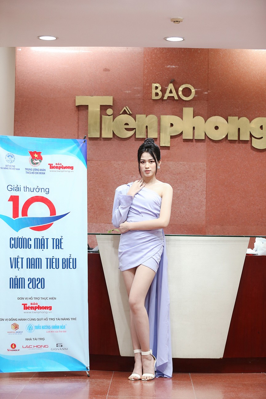 Hoa hậu Đỗ Thị Hà diện váy lệch vai khoe vóc dáng thon nuột - ảnh 5