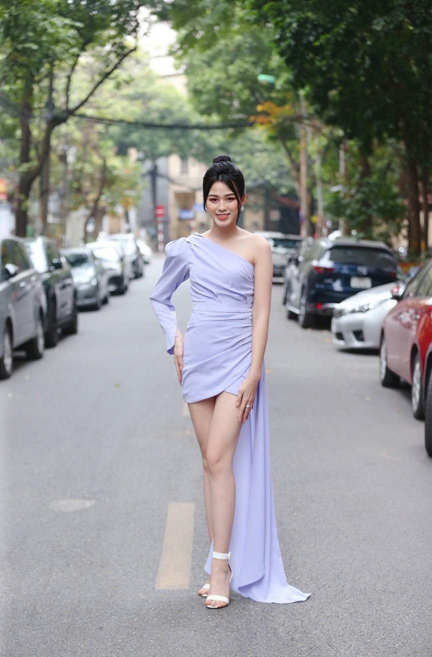 Hoa hậu Đỗ Thị Hà diện váy lệch vai khoe vóc dáng thon nuột - ảnh 1