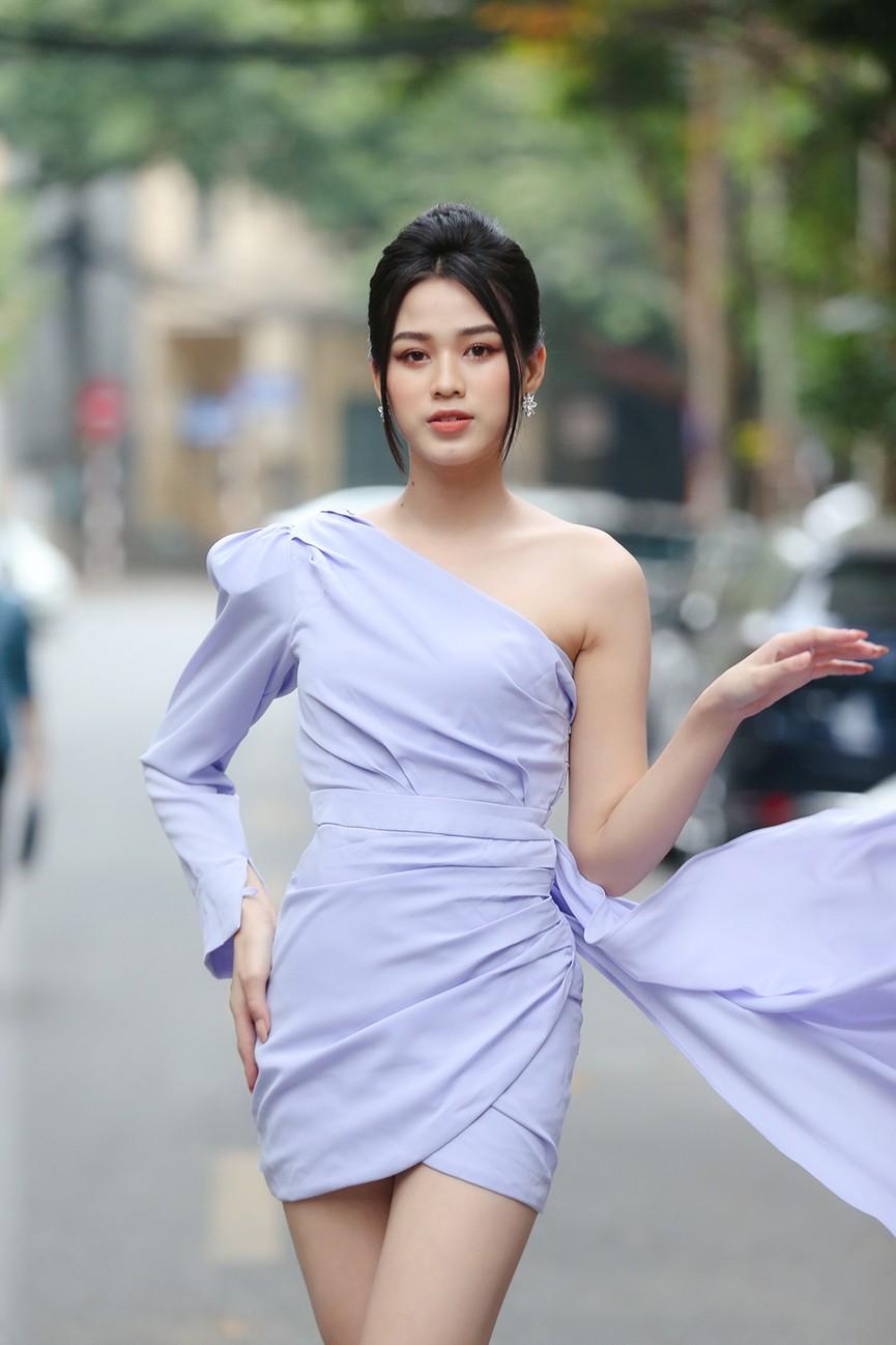 Hoa hậu Đỗ Thị Hà diện váy lệch vai khoe vóc dáng thon nuột - ảnh 2