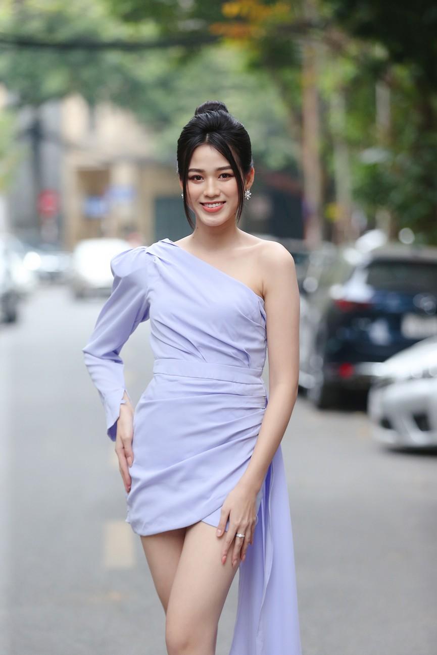 Hoa hậu Đỗ Thị Hà diện váy lệch vai khoe vóc dáng thon nuột - ảnh 3
