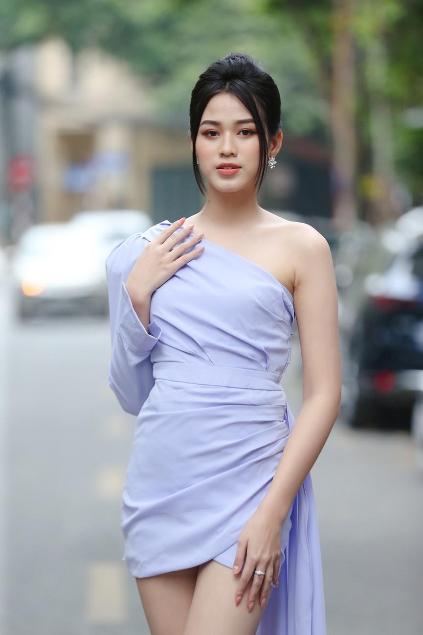 Hoa hậu Đỗ Thị Hà diện váy lệch vai khoe vóc dáng thon nuột - ảnh 4
