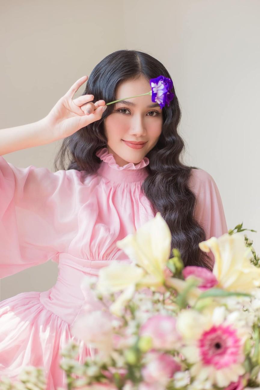Á hậu Phương Anh đẹp tựa nàng thơ, Ngọc Thảo lên đồ sang chảnh uống cafe trong khu cách ly - ảnh 1