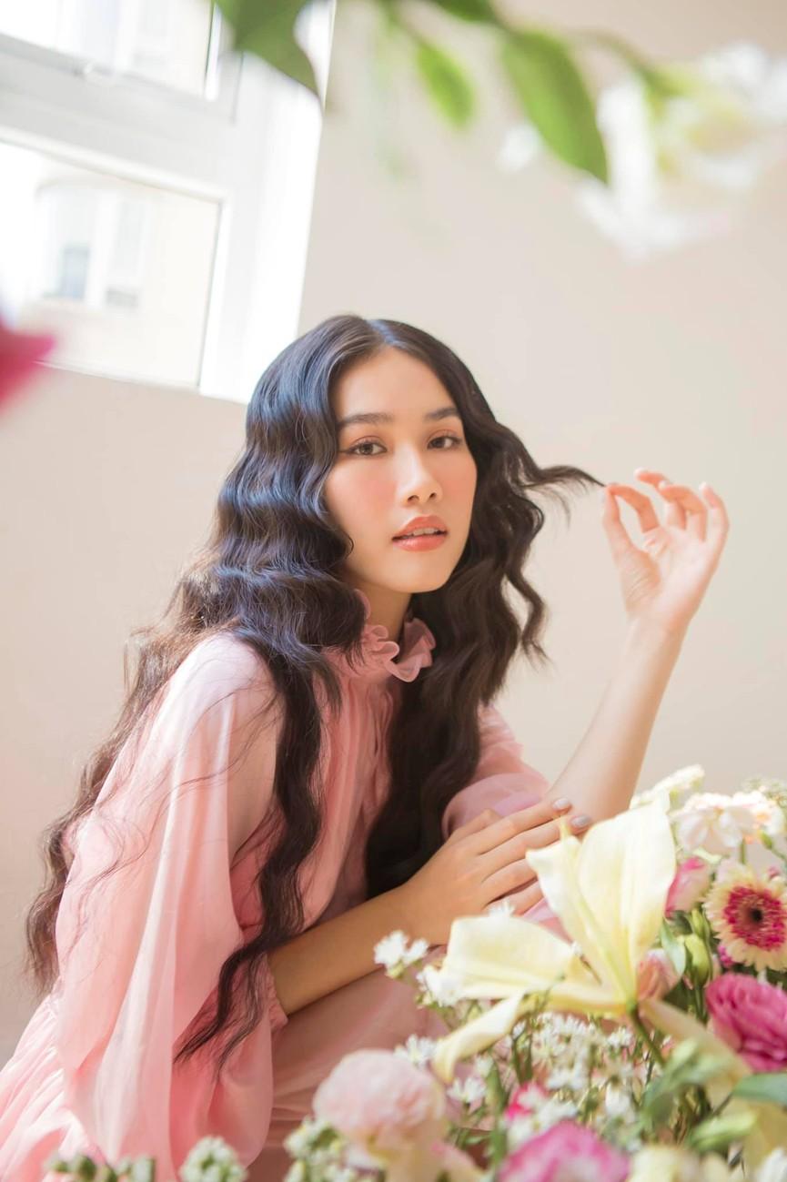 Á hậu Phương Anh đẹp tựa nàng thơ, Ngọc Thảo lên đồ sang chảnh uống cafe trong khu cách ly - ảnh 2