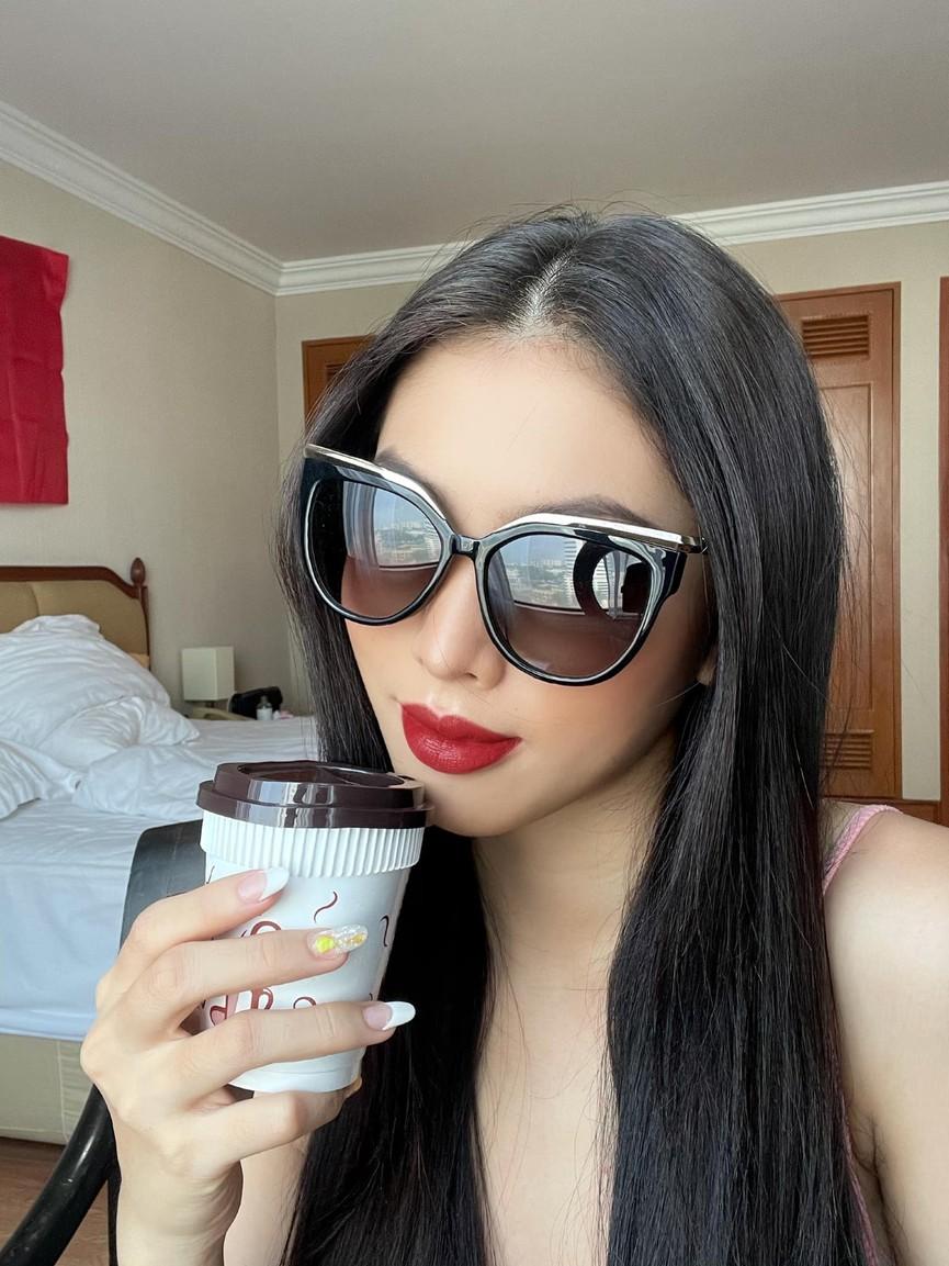 Á hậu Phương Anh đẹp tựa nàng thơ, Ngọc Thảo lên đồ sang chảnh uống cafe trong khu cách ly - ảnh 5