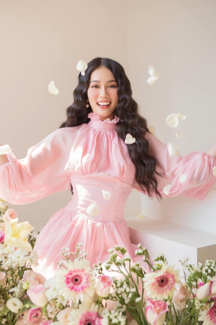 Á hậu Phương Anh đẹp tựa nàng thơ, Ngọc Thảo lên đồ sang chảnh uống cafe trong khu cách ly - ảnh 3