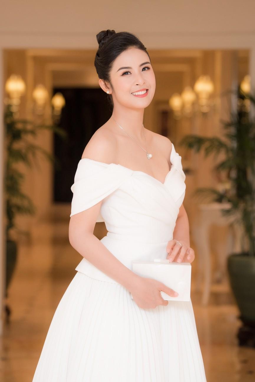 Hoa hậu Ngọc Hân diện váy trễ vai gợi cảm, rạng rỡ đón sinh nhật tuổi 32 bên bố mẹ - ảnh 2
