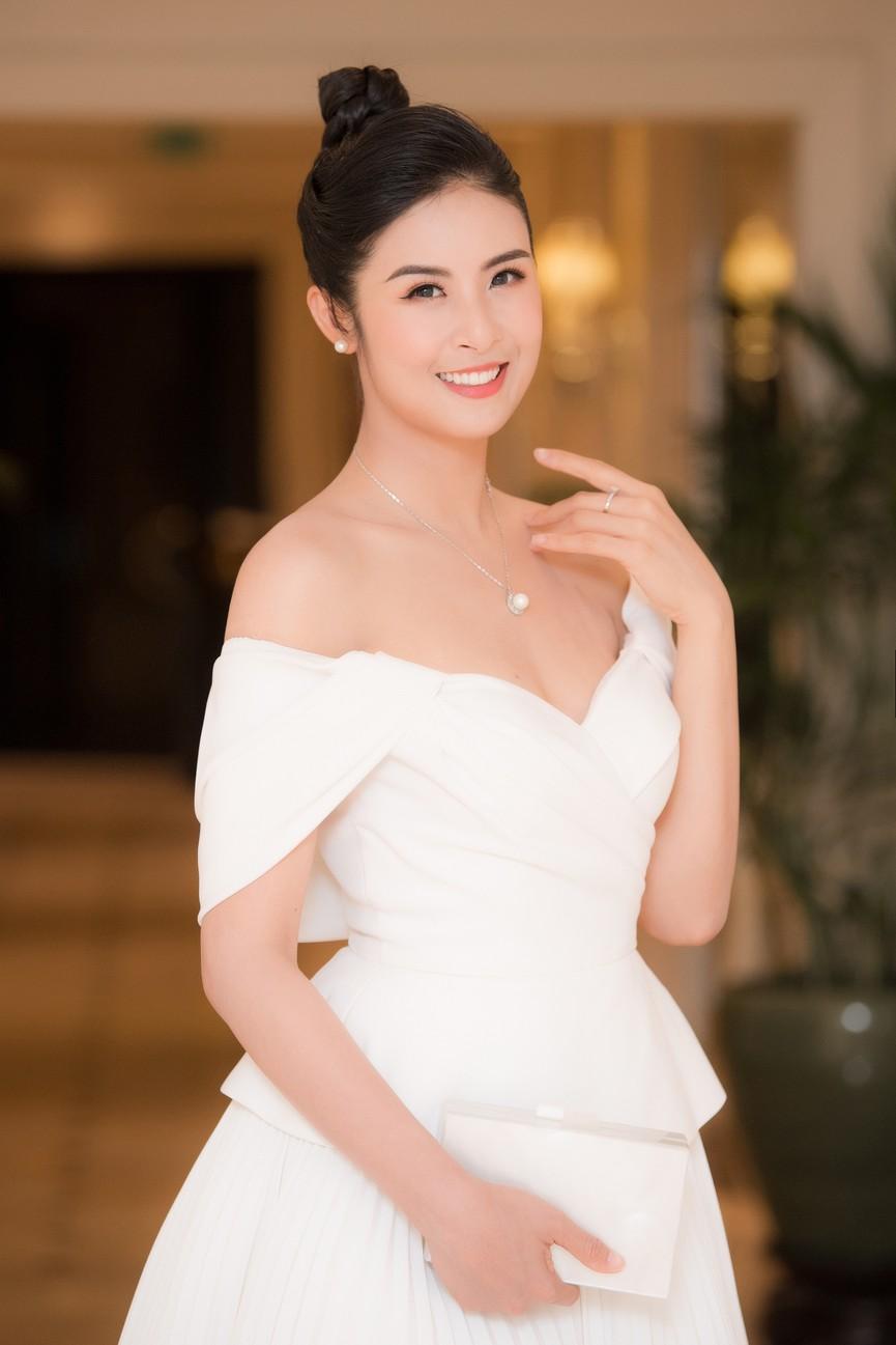 Hoa hậu Ngọc Hân diện váy trễ vai gợi cảm, rạng rỡ đón sinh nhật tuổi 32 bên bố mẹ - ảnh 3