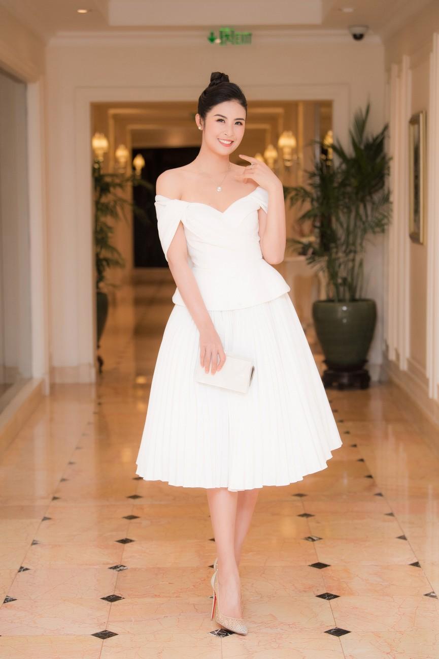 Hoa hậu Ngọc Hân diện váy trễ vai gợi cảm, rạng rỡ đón sinh nhật tuổi 32 bên bố mẹ - ảnh 1
