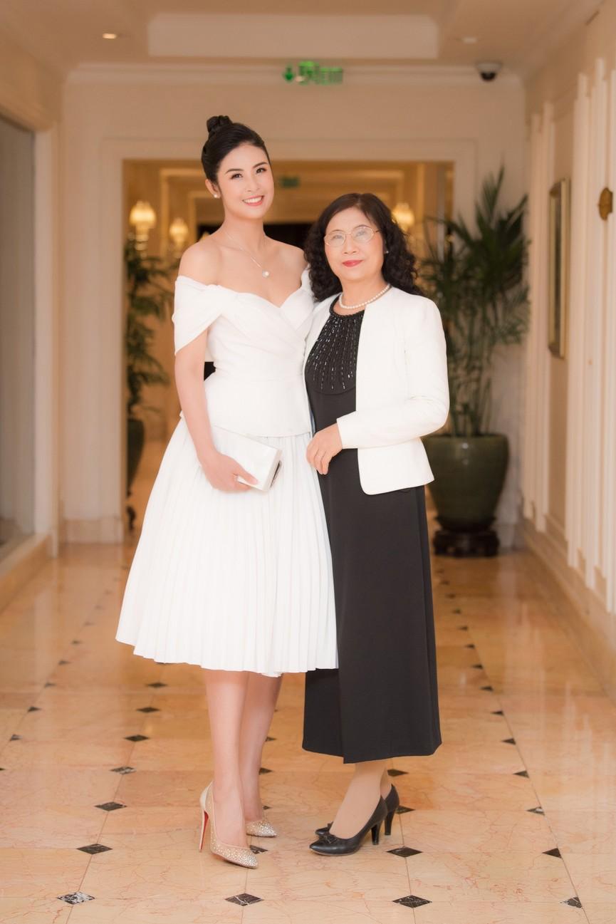 Hoa hậu Ngọc Hân diện váy trễ vai gợi cảm, rạng rỡ đón sinh nhật tuổi 32 bên bố mẹ - ảnh 4