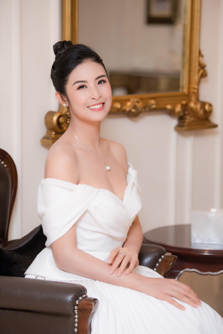 Hoa hậu Ngọc Hân diện váy trễ vai gợi cảm, rạng rỡ đón sinh nhật tuổi 32 bên bố mẹ - ảnh 11