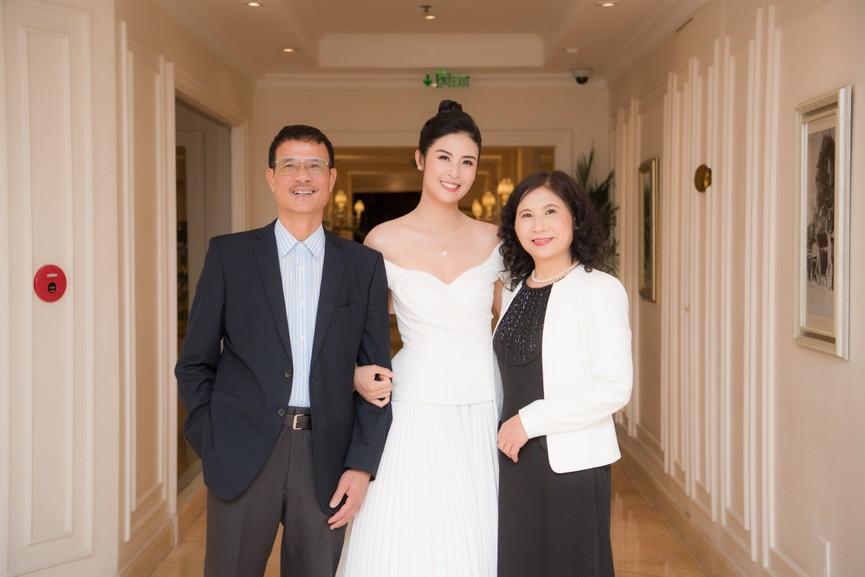 Hoa hậu Ngọc Hân diện váy trễ vai gợi cảm, rạng rỡ đón sinh nhật tuổi 32 bên bố mẹ - ảnh 6