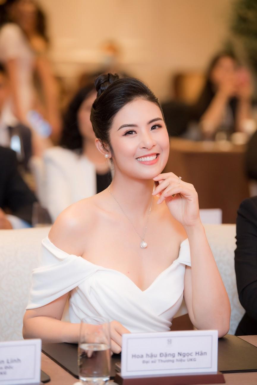 Hoa hậu Ngọc Hân diện váy trễ vai gợi cảm, rạng rỡ đón sinh nhật tuổi 32 bên bố mẹ - ảnh 10