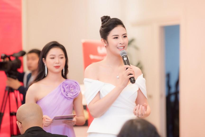 Hoa hậu Ngọc Hân diện váy trễ vai gợi cảm, rạng rỡ đón sinh nhật tuổi 32 bên bố mẹ - ảnh 7