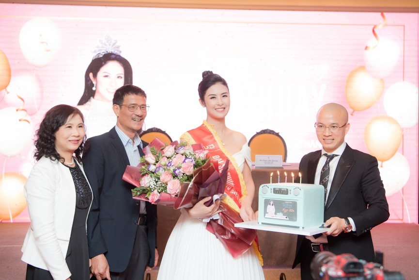 Hoa hậu Ngọc Hân diện váy trễ vai gợi cảm, rạng rỡ đón sinh nhật tuổi 32 bên bố mẹ - ảnh 8