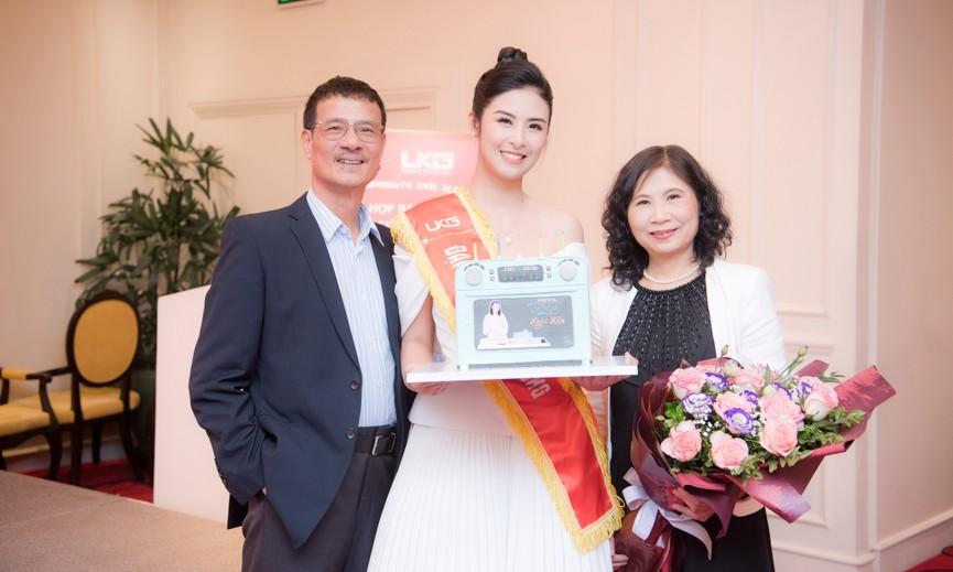 Hoa hậu Ngọc Hân diện váy trễ vai gợi cảm, rạng rỡ đón sinh nhật tuổi 32 bên bố mẹ - ảnh 9