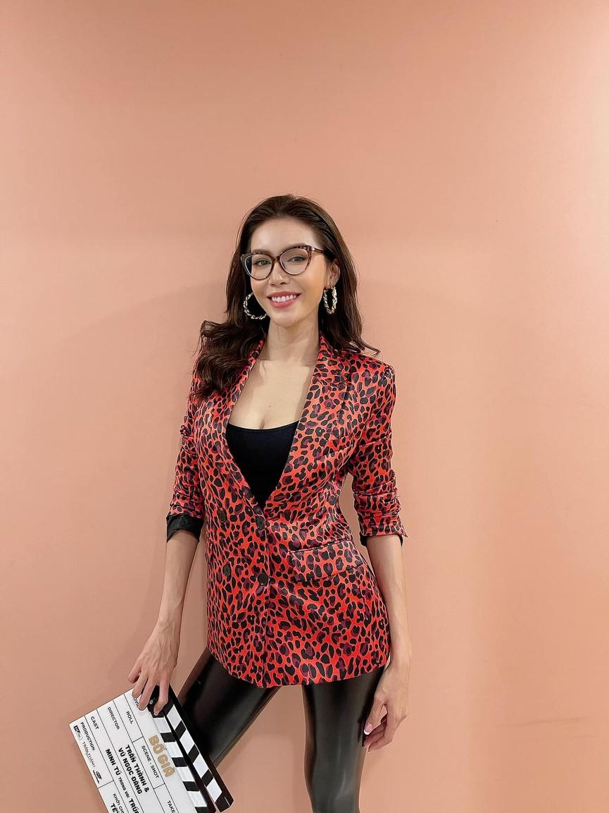 Đỗ Mỹ Linh khoe vai trần ở Đà Lạt, Lương Thuỳ Linh nóng 'bỏng mắt' với bikini ở Phú Quốc - ảnh 5