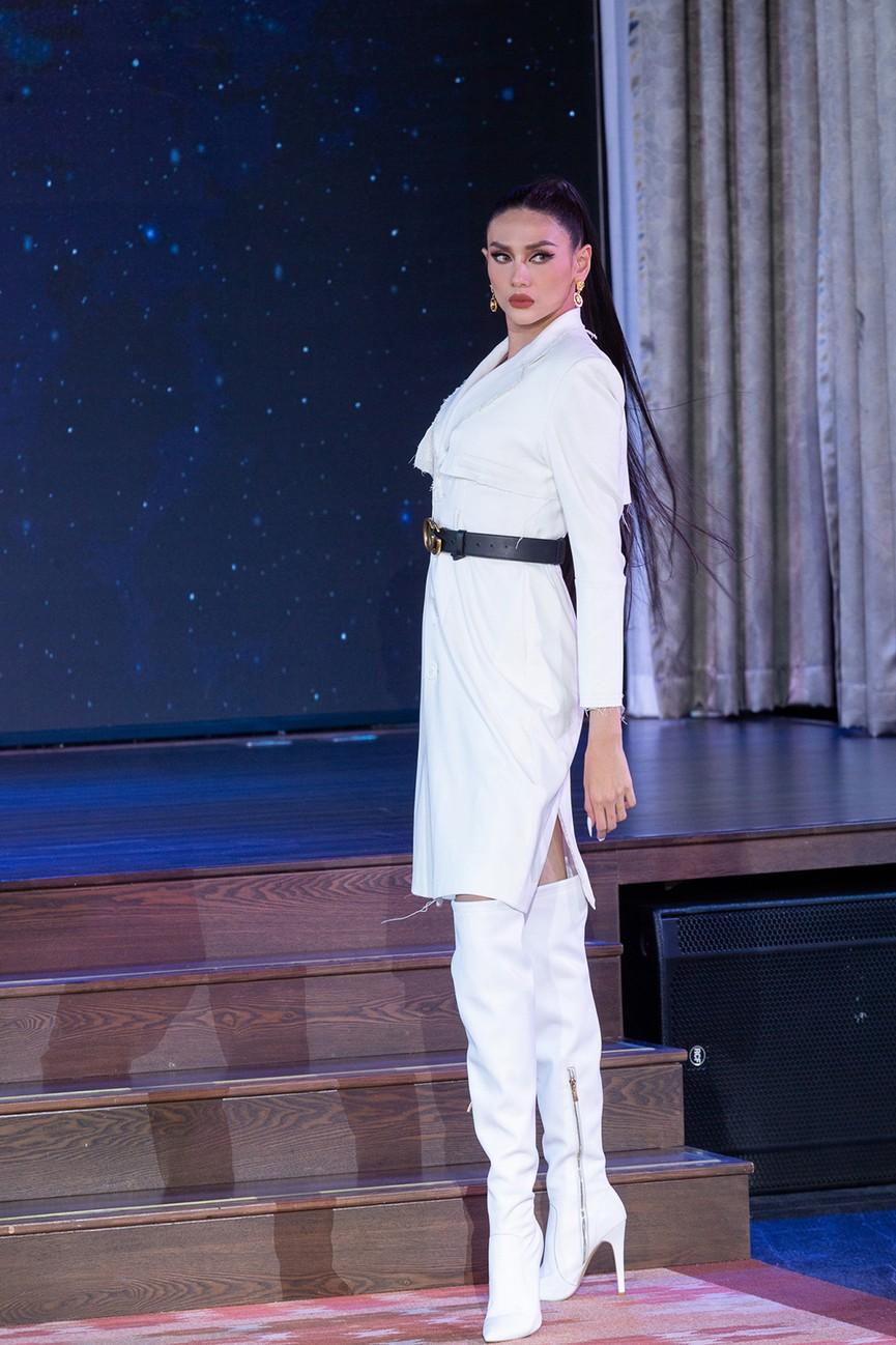 Khánh Vân 'đứng hình' vì bị Vũ Thu Phương chê 'kém duyên' khi catwalk với áo tắm - ảnh 2