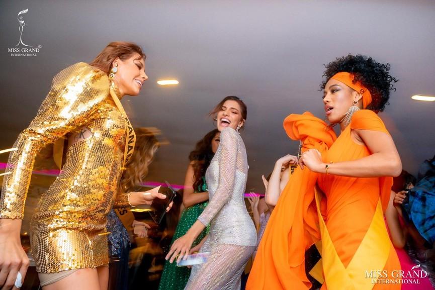 Ngọc Thảo khoe chân dài 1m11, quẩy cực 'sung' bên dàn thí sinh Miss Grand 2021 - ảnh 11
