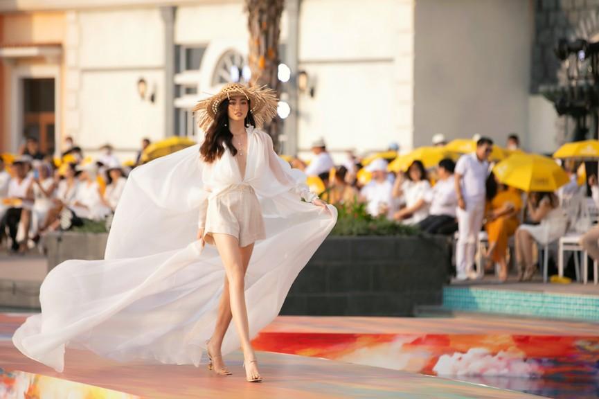 Đỗ Mỹ Linh, Lương Thuỳ Linh đọ chân dài miên man trên sàn diễn khiến fans ngây ngất  - ảnh 1