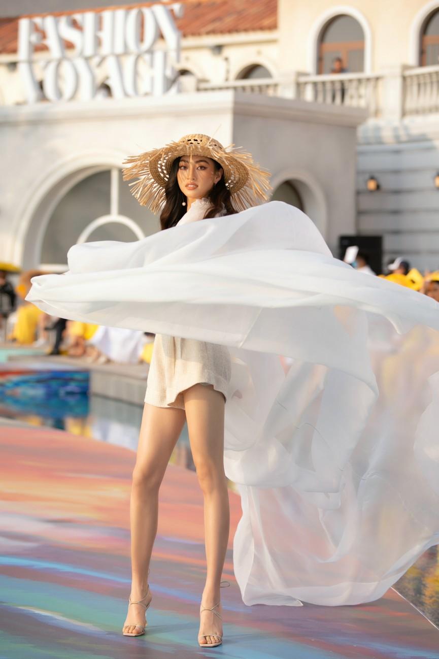 Đỗ Mỹ Linh, Lương Thuỳ Linh đọ chân dài miên man trên sàn diễn khiến fans ngây ngất  - ảnh 3