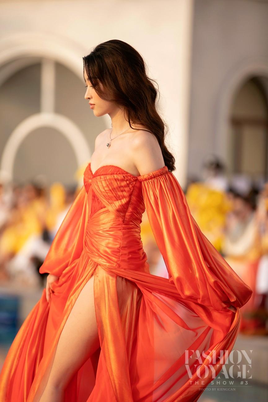 Đỗ Mỹ Linh, Lương Thuỳ Linh đọ chân dài miên man trên sàn diễn khiến fans ngây ngất  - ảnh 8