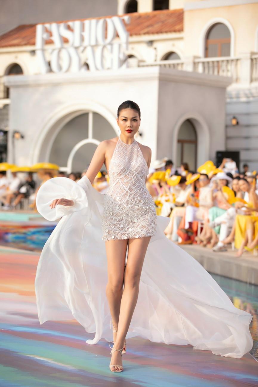 Đỗ Mỹ Linh, Lương Thuỳ Linh đọ chân dài miên man trên sàn diễn khiến fans ngây ngất  - ảnh 11