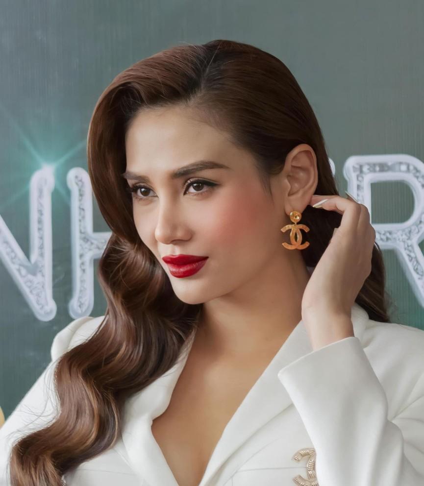 Hoa hậu Đỗ Thị Hà diện váy vàng gold cắt xẻ sexy, khoe loạt thần thái 'đỉnh cao' - ảnh 11