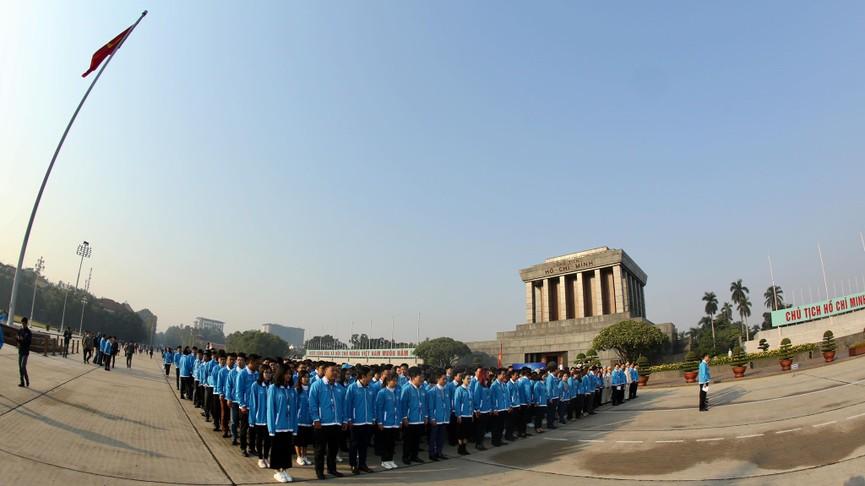 1.000 đại biểu báo công, viếng Lăng Chủ tịch Hồ Chí Minh - ảnh 11