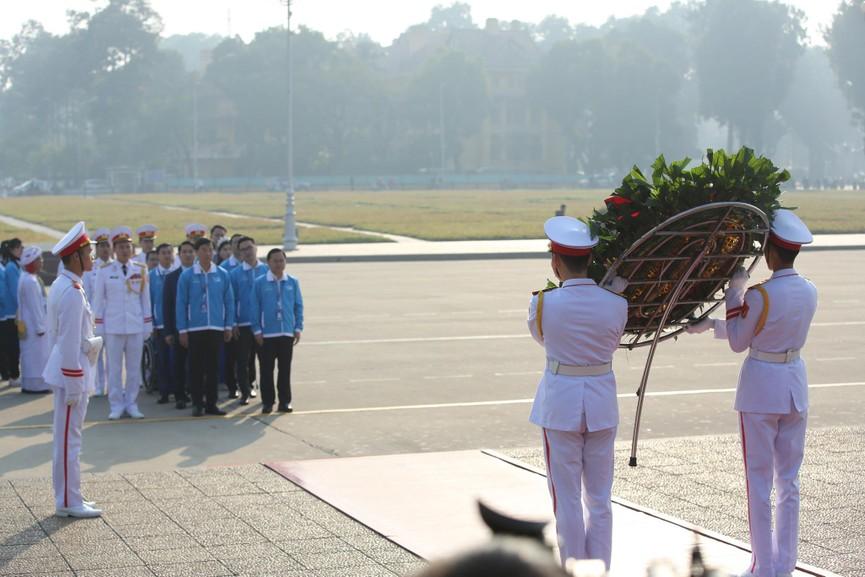 1.000 đại biểu báo công, viếng Lăng Chủ tịch Hồ Chí Minh - ảnh 4