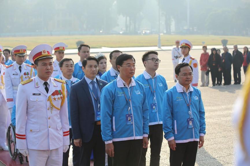 1.000 đại biểu báo công, viếng Lăng Chủ tịch Hồ Chí Minh - ảnh 3
