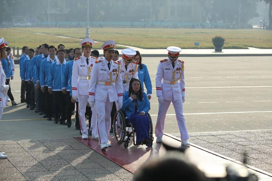 1.000 đại biểu báo công, viếng Lăng Chủ tịch Hồ Chí Minh - ảnh 6