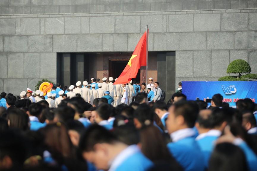 1.000 đại biểu báo công, viếng Lăng Chủ tịch Hồ Chí Minh - ảnh 8